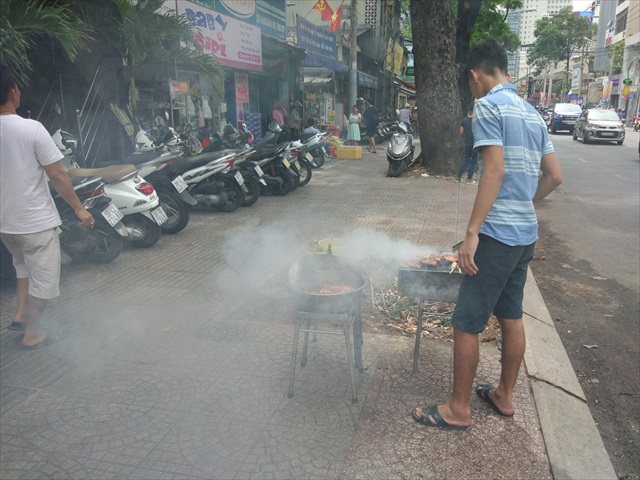 南部は店先で豚肉を炙るスタイルが一般的、昼時はこんな光景をよく見かけます。