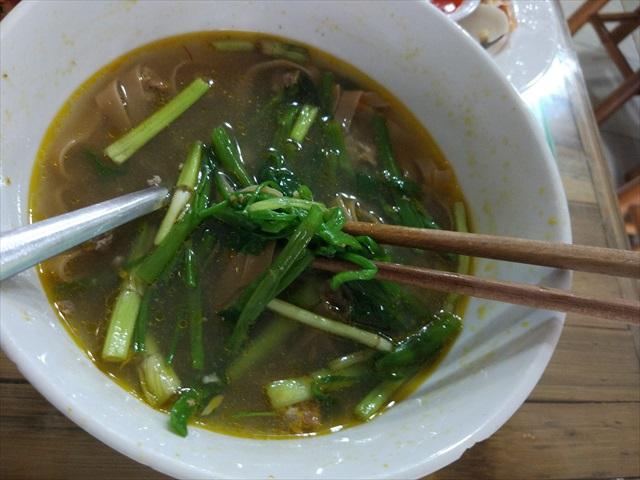 底には大量の空芯菜が敷き詰められていて、野菜もいっぱい摂れる。