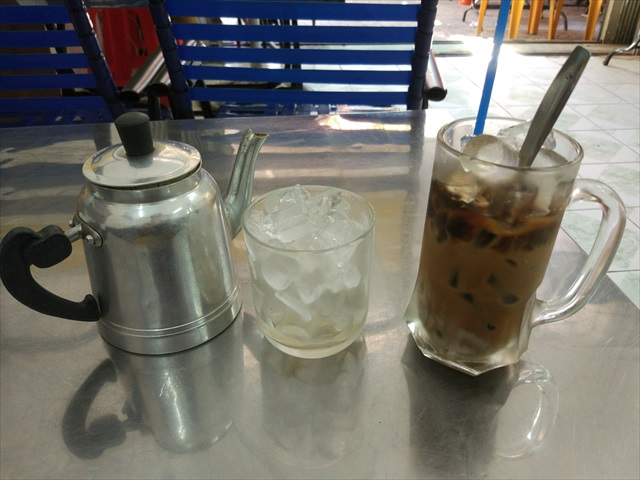 中華街だからか、コーヒーにお茶が付いてきた。
