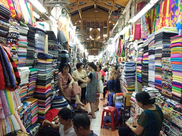 市場そのものもとんでもない種類が揃う布市場なので、好きな人にはたまらないはず。