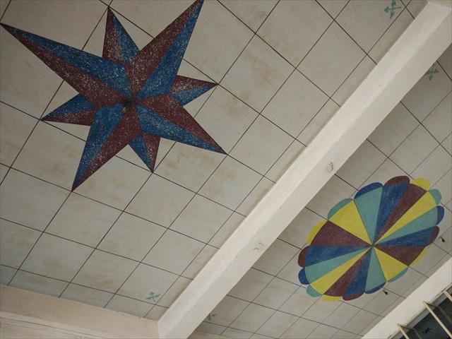 天井が結構いけてるのだが、もともと何の店だったんだろう。