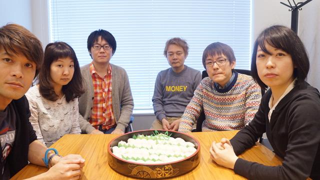 編集部が全員写っている唯一の写真。左から安藤、橋田、藤原、林、石川、古賀