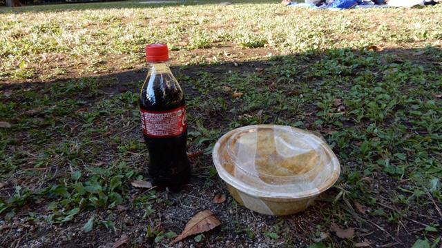 食べた。そしてこの容器は、コーラが入った水筒になる。
