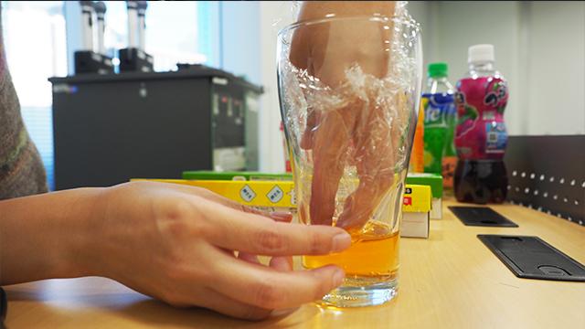 上下の液体がまざらないようにラップは大きめにしないといけない。しかしそうすると余り部分がくちゃくちゃとなる。きれいに敷くのが難しい。