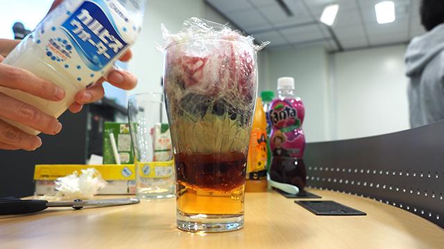 ブルーベリージュースを入れ、最後にカルピスで完成・・・!