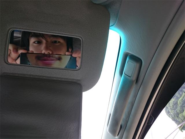 運転席の日よけの鏡で