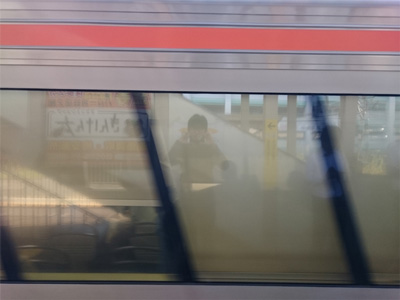 電車の窓に映る自分を撮ろうとしたら、ひしゃげた車体が写った