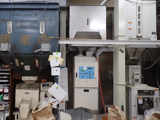 左から貯蔵タンク、色彩選別機、精米機