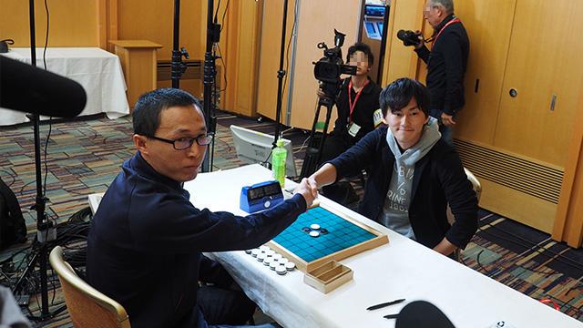 試合は握手からスタート。中国のヤンソン選手と日本代表の高梨悠介 九段による準決勝対決。