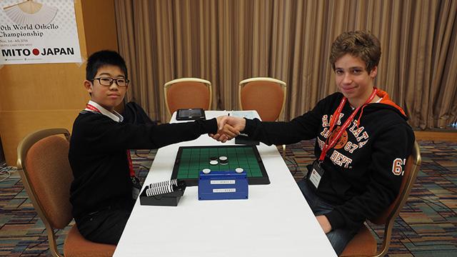 その隣では15歳以下のユースの決勝が行われた。日本代表の和田真幹 三段と、スイス代表のアーサー君。
