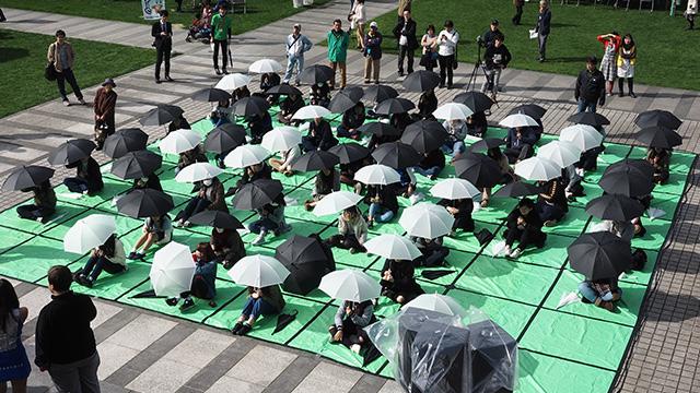傘でオセロしてる!
