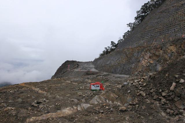 八ッ場ダムの材料が切り崩された跡、ここから下も引き続き使われて行く