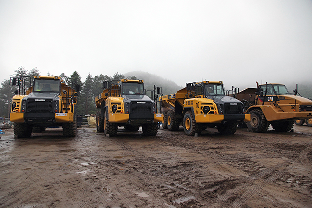 石を運ぶダンプトラックたち