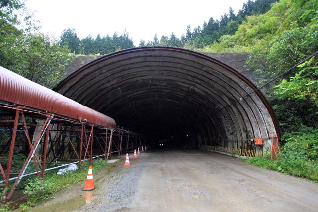 トンネルを抜けるベルトコンベア