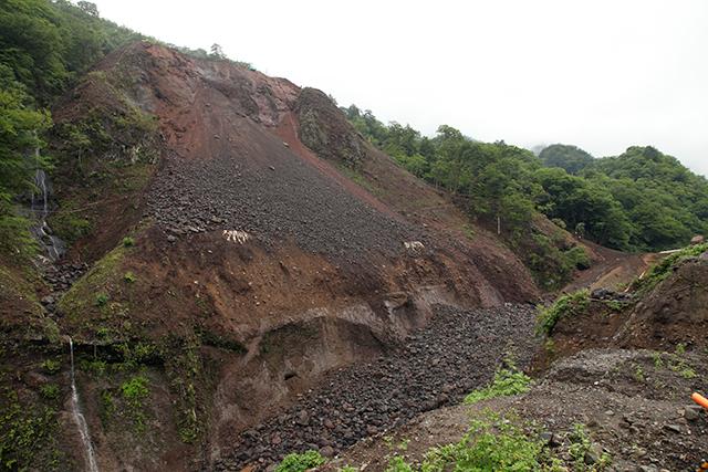 去年夏、谷間は上から落とされた石で埋まっていた