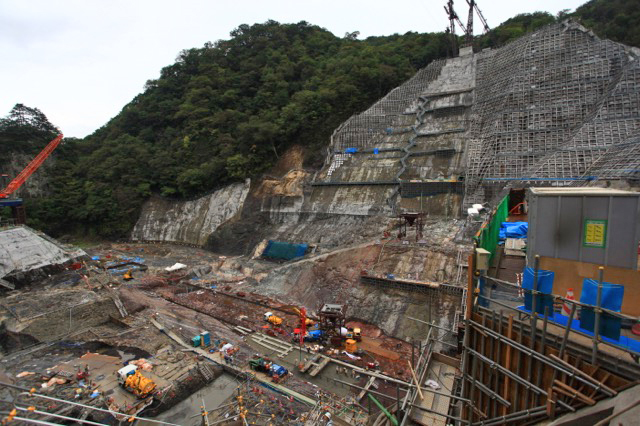 基礎掘削が終わり、溜まった土砂が取り除かれ、コンクリート打設が始まっていた