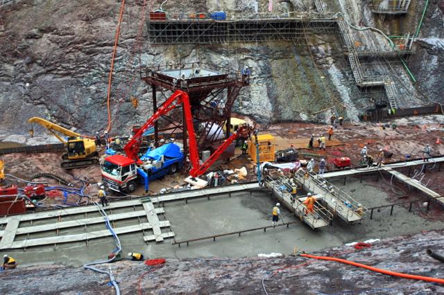 ついに姿を現した八ッ場ダム本体の底の部分