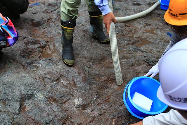 汚れた水はポンプで吸い取る