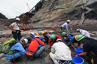 岩盤を磨きまくるダム好きの集団