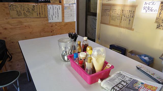食堂スペースには4、5人掛けのテーブルが1台