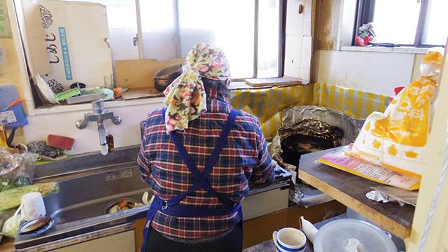 若いカップルの料理を作り始めたおばちゃん