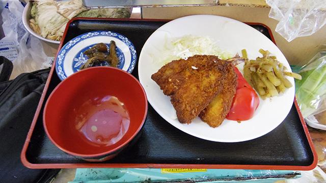 彼女の方のあじフライ定食(500円)