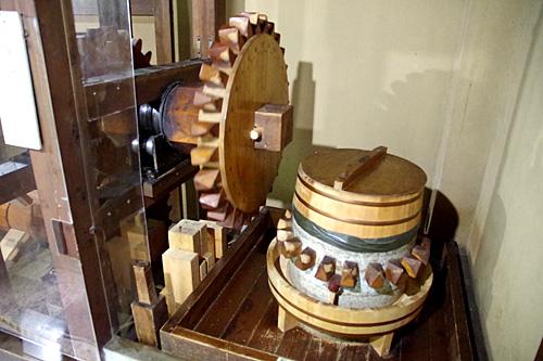 軸木の先には木製の歯車がついており、碾き臼の歯車と噛ませることで、蕎麦、小麦、大豆などを粉にすることができる。
