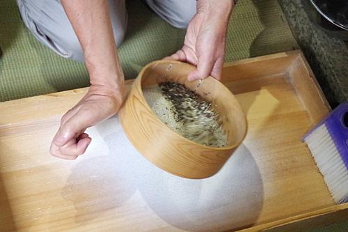 続いて目の細かいふるいで粉を落とす。右手の使い方がタンバリン奏者みたいでかっこいい。