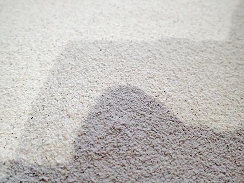市販の蕎麦粉に比べると、昔ながらの製法のために粒が粗くて殻の部分も混じっている感じだが、だからこそ愛おしい。匂いはほとんどない。