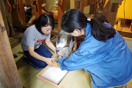 同行いただいた編集部の古賀さんが、夫の実家で義姉に昔ながらの蕎麦作りを教わっている風だった。