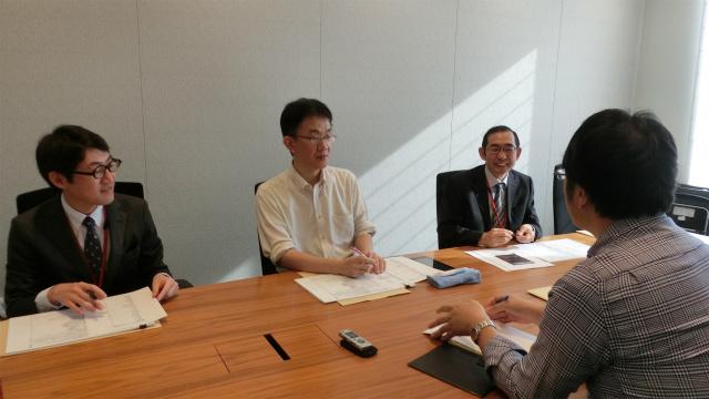 左から、三省堂の佐藤さん、飯間先生、三省堂の奥川さん