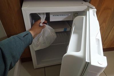 いったん冷蔵庫で軽く冷やし、ツムギアリたちの動きを鈍らせる。こうしないと袋を開けた瞬間に全身とキッチンがアリまみれになるからだ。