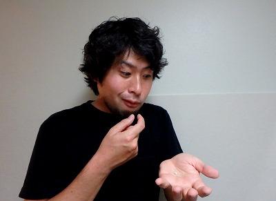 幼虫も試食してみる。酸味は無いが、代わりにピーナッツのような風味と甘みがあってなかなかおいしいぞ!