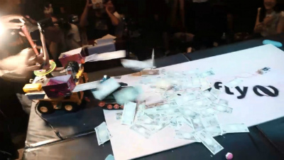 It kept pushing and won the match!! And then suddenly Pole Dance Robot released a lot of toy bank notes!!!