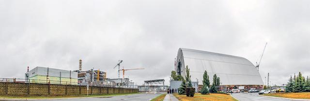 4号炉遠景。右に見えるびっくり構造物はその名も「新石棺」。