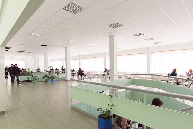 たとえば、現場には従業員用の食堂がありまして。これがすごく食堂。当たり前なんだけど、いわゆる食堂。ちょう食堂。