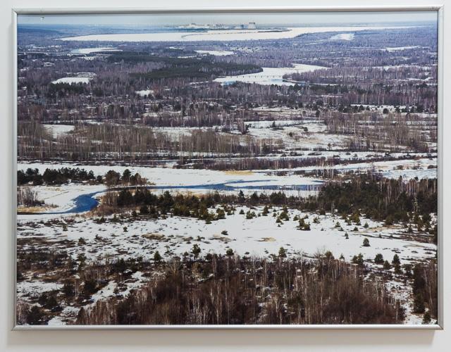 チェルノブイリ市中心部にある事故の記念館「ニガヨモギの星博物館」(後述)にあった写真。この平原っぷり! 画面奥地平線ぎりぎりのところに原発がある。
