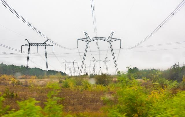 その平原の中に鉄塔と送電線が走る光景がほんとうにすてきですてきで。