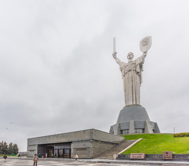 「祖国の母像」108m。ぼくにとっては、構造物のインパクトとしては原発よりこの像のほうが強かった。怖い。こんな母やだ。