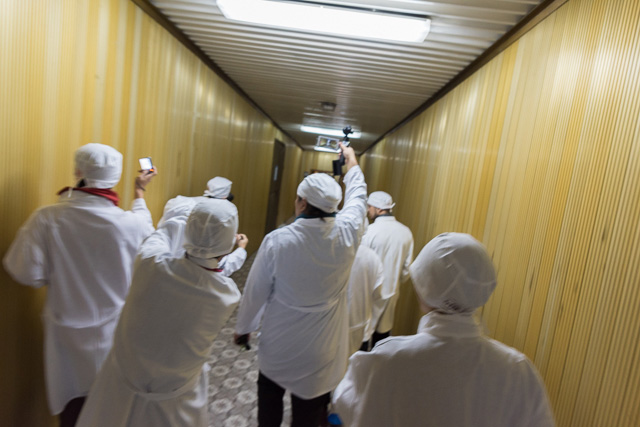長い廊下を早足で移動。コントロールルームへ! みんなだいこうふん! 「脳みそが中和」とか嘘だったかも。