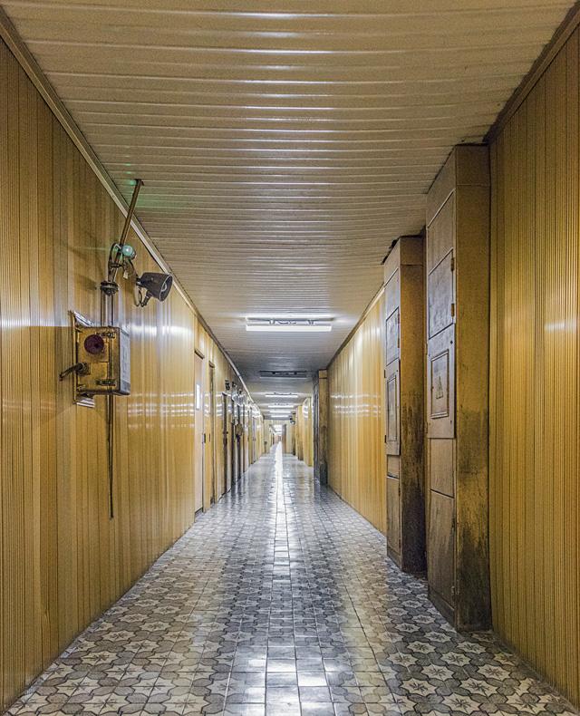 その名も「金の廊下」! ここ来るの夢だった! ずっと見つめていたい一点透視である。全天球画像はこちら。