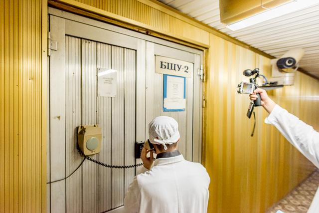 そしてさらに奥に行って、ここが今回入れるところ。第2号炉のコントロールルームだ! すげーどきどきする!
