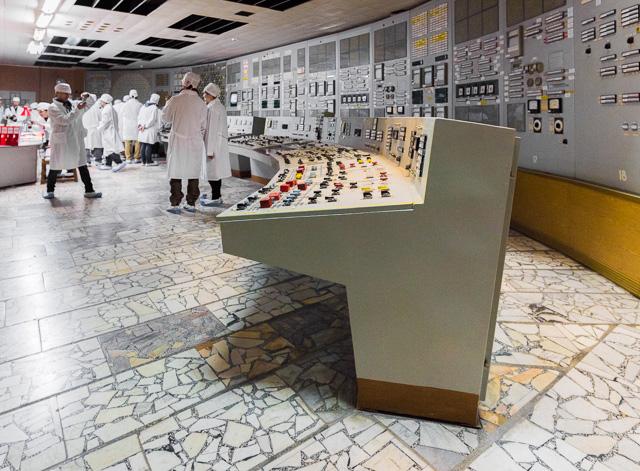 この卓の断面といい、全体の湾曲具合といい、ザ・SF って感じがすごい。キュート。キュートだけど、これで原子炉操作してたんだと思うと、だいじょうぶなのか? って思う。事実大丈夫ではなかったわけですが。