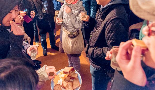 唐突に振る舞われる自家製のお酒。はじまる宴会。おいしいパン。なんだこれ。