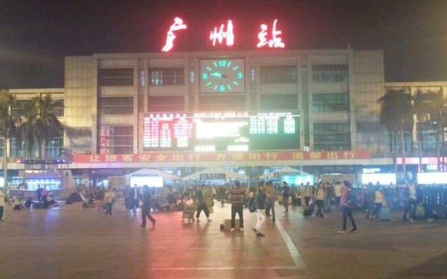 広州駅。駅前広場がでかい。