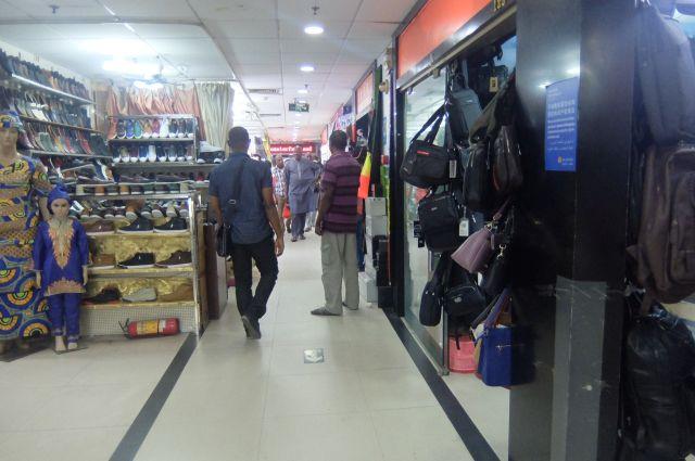 かばん。民族衣装も中国で売られている