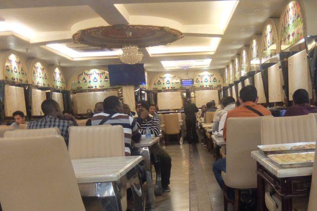 レバノン料理屋に入ってみた。完全に外国だ。