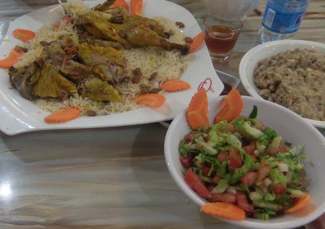 レバノン料理だろうか。右の練り物の正体はバナナとひき肉?をまぜたもので、初体験のなんとも不思議な食感だった。