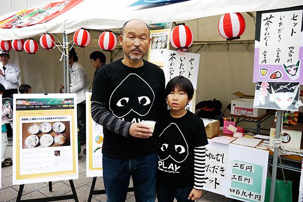 お子さんとペアルック。今回の茶碗蒸しを作った米原製菓さんは名刺にもち屋とも書いてあった。一体なに屋なんだ