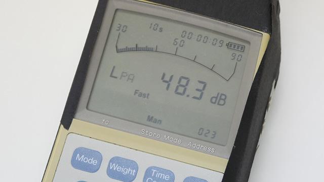 騒音計で測ろう。部屋の環境音でこれくらい